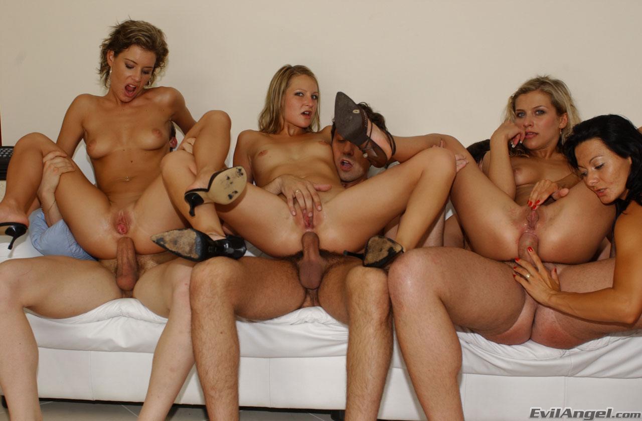 Секс стремя телками, три девушки » Порно видео с молоденькими 18 летними 10 фотография